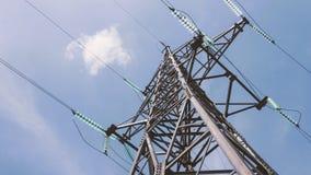 Torre de alta tensão com cabos distribuidores de corrente Indústria energética Eletricidade da rede Distribuição da subestação e filme