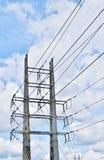 Torre de alta tensão da distribuição sob um céu nebuloso Imagem de Stock Royalty Free