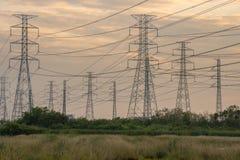 Torre de alta tensão da indústria do central elétrica foto de stock royalty free