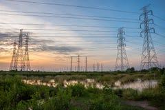 Torre de alta tensão da indústria do central elétrica fotografia de stock