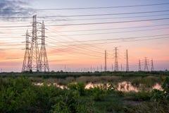 Torre de alta tensão da indústria do central elétrica imagem de stock