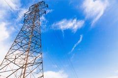 Torre de alta tensão da transmissão no selvagem Imagens de Stock Royalty Free