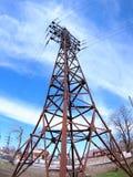 Torre de alto voltaje con los alambres Imagenes de archivo