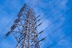 Torre de alto voltaje en el cielo Fotografía de archivo libre de regalías
