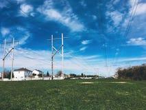 Torre de alto voltaje en parque público cerca de una ciudad imagen de archivo