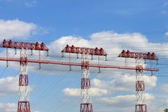 Torre de alto voltaje en un fondo de nubes Foto de archivo libre de regalías