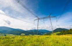 Torre de alto voltaje de las líneas eléctricas en soporte cárpato imágenes de archivo libres de regalías