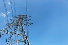Torre de alto voltaje o línea de transmisión eléctrica con el cielo azul y la nube blanca imágenes de archivo libres de regalías