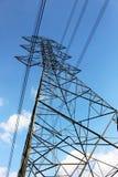 Torre de alto voltaje o línea de transmisión eléctrica con el cielo azul y la nube blanca foto de archivo libre de regalías
