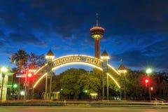 Torre de Américas en la noche en San Antonio, Tejas Imagen de archivo