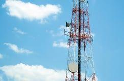 Torre de antena com céu da nuvem Fotos de Stock Royalty Free