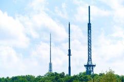 Torre de antena de la comunicación en la montaña Imágenes de archivo libres de regalías