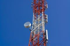 Torre de antena de uma comunicação do telefone celular com antena parabólica sobre Fotos de Stock Royalty Free
