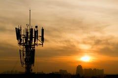 Torre de antena de rádio da telecomunicação do telefone celular Telefone celular t foto de stock
