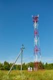 Torre de antena de radio celular de la telecomunicación del teléfono móvil Torre del teléfono celular contra el cielo azul Imagenes de archivo