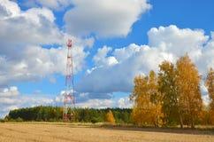 Torre de antena de TV celular de la radio de la telecomunicación del teléfono móvil contra el cielo azul Imagen de archivo libre de regalías