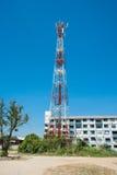 Torre de antena y cielo azul Imágenes de archivo libres de regalías