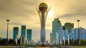 Torre de Bayterek en la capital de Astaná de Kazajistán en timelapse hermoso de la puesta del sol almacen de metraje de vídeo