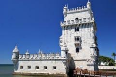 Torre De Belem gegen einen tiefen Hintergrund des blauen Himmels Lizenzfreies Stockfoto