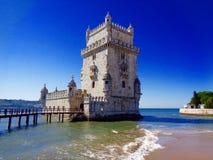 Torre de Belem de la opinión de la costa, Lisboa, Portugal fotos de archivo