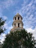 torre de Bell alta no fundo do céu azul imagens de stock