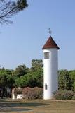 Torre de Bell branca de uma igreja em Itália do sul Imagens de Stock