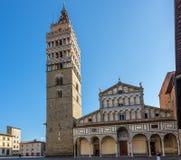 A torre de Bell com a catedral em Pistoia fotos de stock