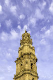 Torre de Bell da igreja de Clerigos no fundo nebuloso do céu azul Fotografia de Stock Royalty Free
