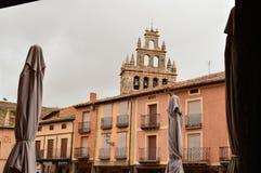 Torre de Bell da igreja na praça da cidade do berço de Ayllon das vilas vermelhas além da vila medieval bonita em Segovia AR Foto de Stock