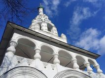 Torre de Bell da igreja ortodoxa do século XVII foto de stock