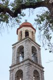 Torre de Bell da igreja ortodoxa na vila grega imagens de stock royalty free