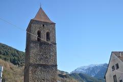 Torre de Bell da igreja paroquial de nossa senhora Of La Asuncion Bielsa Village Paisagens, Pyrenees da natureza, história, fotos de stock royalty free