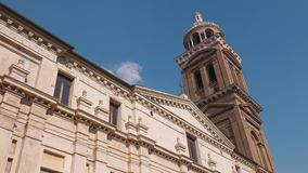 Torre de Bell da igreja de Santa Barbara em Mantua video estoque