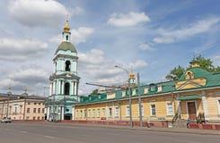 Torre de Bell da vida que dá a igreja de trindade em Taganka, Moscou Fotografia de Stock