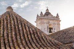 Torre de Bell e telhados de telha fotografia de stock