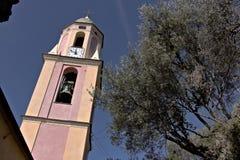 Torre de Bell entre oliveiras Uma igreja em Cinque Terre imergida em um bosque verde-oliva foto de stock royalty free