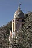 Torre de Bell entre oliveiras Uma igreja em Cinque Terre imergida em um bosque verde-oliva imagem de stock royalty free
