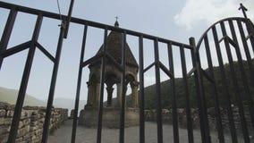 Torre de Bell na igreja velha da montanha cercada pela fortaleza de Ananuri Construções históricas nas montanhas video estoque