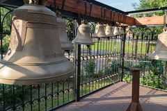 Torre de Bell perto do templo Campainha do local de trabalho que jogou nestes sinos imagens de stock