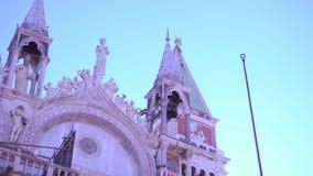 Torre de Bell de San Marco atrás da basílica filme