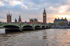 Torre de Big Ben e casas do parlamento no por do sol, Londres, Reino Unido imagens de stock