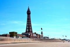 Torre de Blackpool en el medio de un cielo azul claro Fotografía de archivo