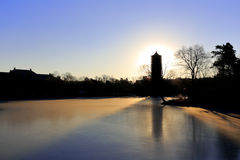 Torre de Boyata de la Universidad de Pekín en invierno Foto de archivo