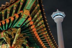 Torre de Busán en la noche imagenes de archivo