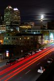 Torre de Calgary en el claro de luna imagenes de archivo