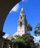 Torre de Califórnia com arco, museu do homem, parque do balboa, San Diego foto de stock