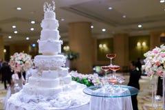 Torre de Champagne e no bolo de casamento Fotografia de Stock Royalty Free