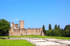 Torre de Chindia y ruinas de la corte real, Targoviste, Rumania Foto de archivo