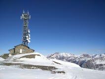 Torre de comunicação nos cumes Fotografia de Stock Royalty Free