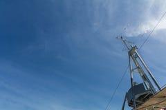 Torre de comunicação velha do navio do cruzador com céu azul fotografia de stock